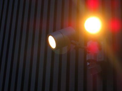 倉庫や工場、資材置き場の防犯監視カメラはセンサーライト付きで