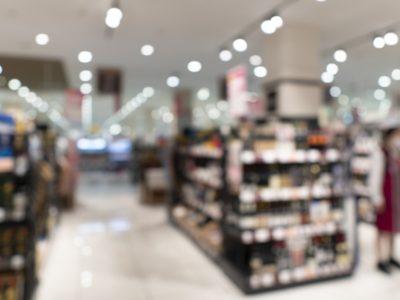 混み合うスーパーやホームセンターに防犯監視カメラ